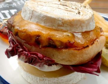 Dal Giappone arriva il Super Cheese Burger con formaggio fuori e pane dentro!