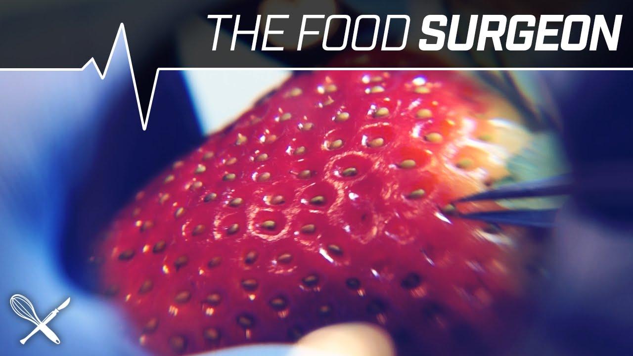 Chirurgo rimuove attentamente tutti i semi di una fragola e la riempie di Nutella [VIDEO]