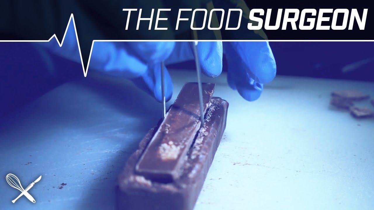 The Food Surgeon – Chirurgo inserisce un Kit Kat all'interno di una barretta di cioccolato 3 Musketeers [VIDEO]