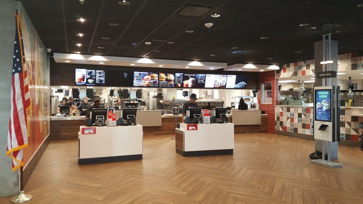 Viaggio all'interno dell'Epic McD, il McDonald's che vende anche pasta e pizza!
