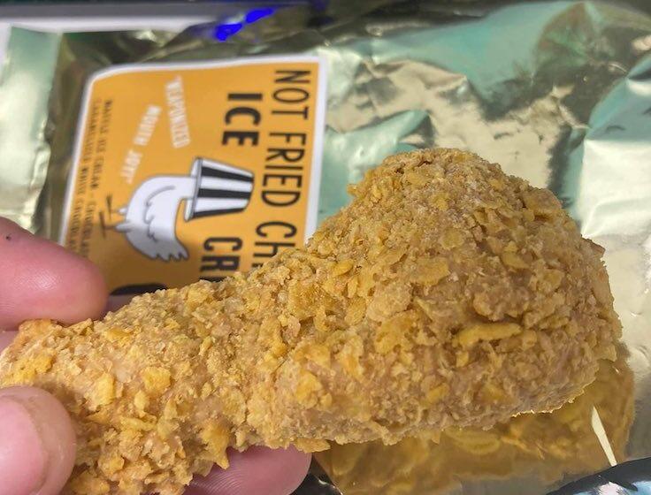 Il web impazzisce per il gelato a forma di pollo fritto